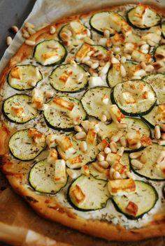 Pizza courgette, feta, yaourt grec, pignons de pin