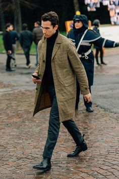 The men who attend Pitti Uomo, the biannual Florentine trade show, dress for the occasion. Here are the guys catching our eye right now. Gentleman Mode, Gentleman Style, Winter Mode Outfits, Winter Fashion Outfits, Autumn Outfits, Winter Suit, Casual Winter, Dress Winter, Outfit Invierno