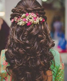Wedding Hairstyles For Long Hair Beautiful Indian Bridal Hairstyles for Long Hair - Wedding day is one of the most important things in a girl's life. Amidst thinking about her future, feeling sad about leaving her parents and si… Bridal Hairdo, Hairdo Wedding, Wedding Hair Flowers, Flowers In Hair, Wedding Makeup, Bridal Makeup, Hairstyle With Flowers, Wedding Reception Hairstyles, Saree Wedding