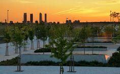 Un anochecer en Valdebebas, con las Cuatro Torres de Madrid (CTBA) al fondo. via Flickr