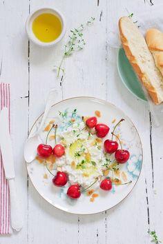 Queso, cerezas, aceite de oliva... todo en una terracita al sol.. plan perfecto!