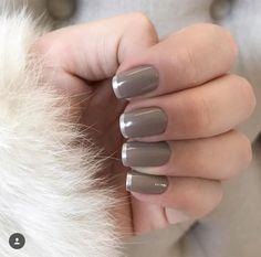 escolhidos da semana 〰 nude acinzentado escuro e prata metálico como francesinha ✔️ que tal?! ------ {joia das águas • @risqueoficial   brinco de festa efeito metálico • @esmaltecolorama} . . #ootd #choices #nails #fashion #classic #thalustyle
