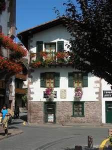 """Valle del Baztán - Navarra. Rincón de Elizondo en verano. Calle Braulio Iriarte, fundador de la cerveza """"Coronita"""" en Mexico"""