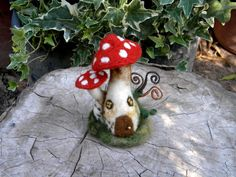Needle Felted red mushroom house - by Harthicune Felt Mushroom, Mushroom House, Edible Mushrooms, Stuffed Mushrooms, Steiner Waldorf, Spring Fair, Waldorf Crafts, Forest House, Needle Felting