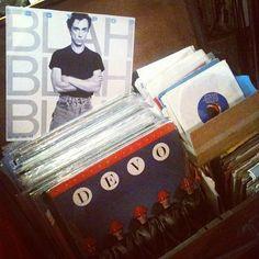 """Também temos vários #LPs e #compactos: #Iggy Pop """"Blah-Blah-Blah"""" nacional 1987 (R$ 40) e #Devo """"Freedom Of Choice"""" importado 1980 (R$ 50). (at Antiquário XIII)"""