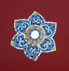Peça de decoraçao, feita sobre base de tela para aplicação em parede, chão....... Pode ser feita sobre mdf . Feita com pastilhas de vidro, azulejos e espelhos. Não expor a umidade.
