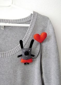 Cute brooch for plain sweaterDiscover thousands of images about BrochesI have a Red Heart - double broochI want one of these, sooooo.Your place to buy and sell all things handmade Fabric Brooch, Felt Brooch, Felt Fabric, Textile Jewelry, Fabric Jewelry, Jewellery, Brooches Handmade, Handmade Toys, Felt Diy