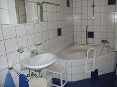 Das weiß-blaue Badezimmer im Erdgeschoss