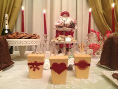 L'elegante e delizioso Buffet natalizio di una famosissima Cake Designer con in primo piano i Tenerotti Xl by Azuleya con varie decorazioni realizzate in carta velluto rossa.  www.azuleya.com