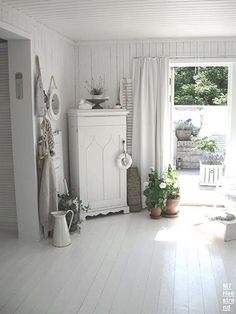 A decorative Provence style entrance - Shabby Chic Estilo Shabby Chic, Shabby Chic Style, Cottage Living Rooms, Home And Living, White Cottage, Cottage Style, Wood Cottage, Shabby Cottage, Coastal Cottage