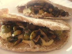 Pita de hummus, champiñones y aceituas #vegan #veganrecipes #vegano