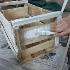 Ideas varias para reciclar y decorar cajones de fruta | Bioguia Diy Organizer, Diy Bank, Wood Projects, Projects To Try, Cute Disney Wallpaper, Types Of Wood, Wooden Boxes, Painted Rocks, Ideas Para
