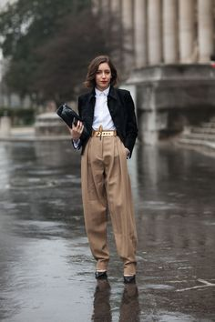Street Style This girl balances pleated trousers with a slim white shirt and blazer. Looks Street Style, Autumn Street Style, Street Chic, Paris Street, Office Looks, Estilo Tomboy, T Shirt Branca, Estilo Real, Business Mode