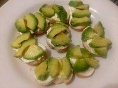 Canapés de Salmón fácil rápido y rico Receta de geri : @cocinacaseraya en Instagram - Cookpad Canapes Salmon, Sprouts, Tapas, Vegetables, Instagram, Food, Gourmet, Canapes Recipes, Afternoon Snacks