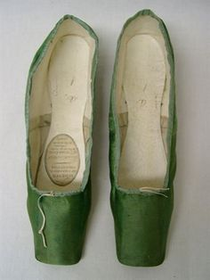 vintage and french Look Vintage, Vintage Shoes, Vintage Outfits, Vintage Fashion, Vintage Ballet, 1930s Fashion, Vintage Purses, Victorian Fashion, Fashion Fashion