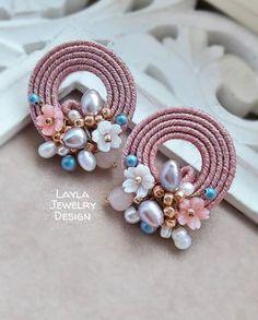 🌸Soutache earrings🌸 - That's It Bead Embroidery Jewelry, Soutache Jewelry, Fabric Jewelry, Clay Jewelry, Jewelry Crafts, Beaded Jewelry, Jewellery Box, Beaded Earrings, Earrings Handmade