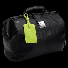 """MINI by Puma Doctor's Bag: """"Lassen Sie mich durch, ich fahre MINI."""" Mit dieser Tasche zeigst du, wer das Steuer in der Hand hat: MINI Organisiersystem mit Details in Kontrastfarbe, stabiler Metallkonstruktion und gepolstertem Laptopfach. Du willst noch mehr Details? Wie wäre es mit Metallnieten mit eingeprägter Bulldog Silhouette?"""