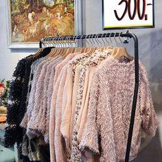 """Står du og mangler den perfekte overgangsjakke? Kom ned i butikken og se de skønneste """"vamser"""". 💋Før: op til 1199,- Nu: frit valg 300,- #mustus #jakker #overgangsjakke #vamser #forår #sommer #godthumør #smil #solskin #inspiration #butik #vintage #tøj #svendborg"""