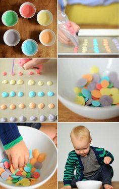 Frozen yoghurt dots: griekse yoghurt, honing erdoor en een beetje kleurstof. Voor de boys!