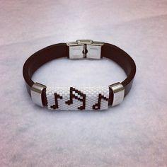 peyote işlemeli deri bileklik...#handmade #bileklik #deri #deribileklik #miyuki #peyote #takı #tasarım #erkekbileklik #hediye #jewelry #siyahbeyaz #siyahbeyazaşk