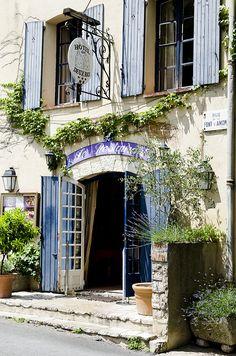 Hôtel des Deux Rocs a Seillans, Provenza Quaint little hotel in France ~ Anna Truelsen inredningsstylist: Drömmer mig bort, till skuggan under platanerna!