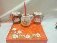 Detalla de la tapa de la caja, mate, frascos con yerba y azucar. Todos pintados con los mismos motivos que la caja
