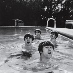 Paul McCartney, George Harrison, John Lennon and Ringo Starr Taking a Dip in a Swimming Pool Premium-Fotodruck von John Loengard bei AllPosters.de