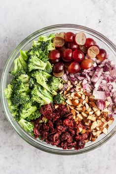 Sep 2019 - The creamiest, most decadent and delicious vegan broccoli salad that comes together in just minutes! The perfect potluck dish that's healthy and dairy-free. Clean Eating Salate, Vegan Broccoli Salad, Roh Vegan, Vegan Raw, Vegetarian Recipes, Healthy Recipes, Raw Recipes, Delicious Recipes, Diet Recipes