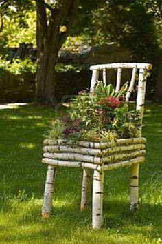 diy garden Pieces of wood branches transforming into stunning DIY decoration for the garden We are in a time when we do garden decorations are not just skill but also creative projects that matter. Diy Garden Bed, Garden Crafts, Diy Garden Decor, Balcony Garden, Raised Garden Beds, Garden Projects, Garden Decorations, Herb Garden, Diy Projects