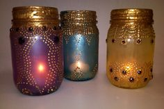 DIY Bohemian glass lanterns from mason jars. ~ acrylic paints, rhinestones, gold puff paint and tea lights. Boho Diy, Bohemian Decor, Bohemian Crafts, Bohemian Gypsy, Hippie Crafts, Bohemian Room, Mason Jar Crafts, Mason Jars, Glass Jars