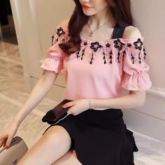 Image may contain: one or more people Floral Chiffon Dress, Chiffon Shirt, Trendy Tops, Casual Tops, Blouse Styles, Blouse Designs, Unique Dresses, Blouses For Women, Korean Fashion
