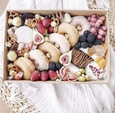 Charcuterie Gift Box, Charcuterie Recipes, Charcuterie And Cheese Board, Cheese Boards, Dessert Boxes, Dessert Buffet, Grazing Platter Ideas, Party Food Platters, Catering Platters