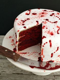 It wouldn't be a Halloween cake roundup without at least one blood splatter cake.