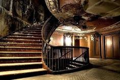 Imagen de http://cdnstatic.visualizeus.com/thumbs/c2/13/stairs,old,abandoned,interior,mansion,staircase-c213ed447aa22a9d11291eb3dbeb9262_h.jpg