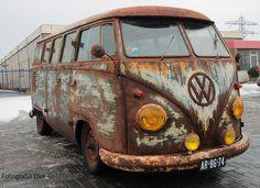 Volkswagen Bus, Vw T1, Vw Camper, Volkswagen Beetles, Minivan Camping, Rat Look, Combi Vw, Bus Travel, Abandoned Cars