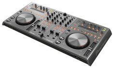Der DDJ-T1 entspricht in Sachen Bedienbarkeit und Layout dem Pro DJ Equipment von Pioneer und ermöglicht die Wiedergabe von Musikdateien vom Computer mittels der im Lieferumfang enthaltenen speziellen TRAKTOR DDJ-T1 Edition Software.     Praktisches Plug-and-Play über einen USB-Anschluss und die Aussparung für Laptop-Tastaturen unter dem Controller, sodass der DJ den Bildschirm immer im Blick hat, machen den DDJ-S1 zum perfekten Setup für Partys und Mobile-DJs.