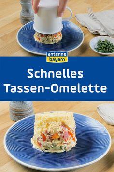 Ein Omelette ist der Klassiker bei einem schönen Sonntagsfrühstück. Aber auch abends passt die leckere Eierspeise gut zu frischem Brot. Wer aber nicht abwartend neben der Pfanne stehen will, um den richtigen Bräunungsgrad abzuwarten, für den sind diese leckeren Tassen-Omelettes genau das richtige.  Einfach in die Tasse füllen, ab in den Ofen und nebenher was anderes vorbereiten. Wie ihr sie zubereitet, zeigen wir euch im Video und in unserer Bildergalerie. #rezept #frühstück #omelette Omelette, Tacos, Mexican, Eggs, Foodblogger, Breakfast, Ethnic Recipes, Few Ingredients, Omelet
