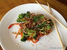Aprende a preparar wok de verduras con esta rica y fácil receta.  Si necesitas una guarnición rápida y no tienes más que verduras en casa esta receta es perfecta par...