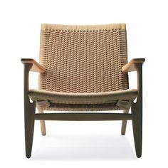 Design Hans Wegner Klassisk lænestol designet af Hans Wegner i 1950. Hans Wegner CH25 lænestolen er med den håndvævede ryg og sæde utrolig elegant og smuk.