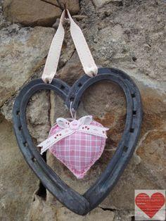 Cuore Portafortuna realizzato con ferri di cavallo nuovi e usati decorazione in feltro a cuore finitura rosa