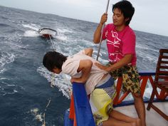 Puking ....  Fish will be eating?    船酔い。。吐きまくり。  魚がよってくるかも。。。    ⇒ http://www.facebook.com/ichigosag