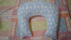 Oi mamães, Hoje trago para vocês um faça você mesmo, fiz uma almofada de amamentar para o meu filhinho Thomas que ainda vai nascer.  A estampa do tecido  azul céu de nuvens quem escolheu foi minha filha Sophia achei lindo! E o tecido comprei  de algodão por ser melhor para o bebe, e usei duas cores de tecido esse azul céu mais um branco para o fundo da almofada. E o tamanho do tecido eu comprei 1 mtrs de cada. Molde da almofada esta no meu blog  http://maecorujavivanaqueiroz.blogspot.com.br/