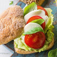 Tomaten-Mozzarella-Brötchen Mozzarella Sandwich, Sandwiches, Salmon Burgers, Bagel, Avocado Toast, Dinner, Breakfast, Ethnic Recipes, Kiosk