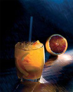Rossorinha - njam! Bereiden:Neem 1/4 van een sinaasappel, snijd die in kleine stukjes en doe ze in het glas. Voeg er de rietsuiker aan toe en kneus tot het sap goed zichtbaar is. Voeg er de Martini Rosse, het suikerwater en het limoensap aan toe. Vul het glas verder op met gepileerd ijs. Roer om met de cocktaillepel en serveer met een rietje.