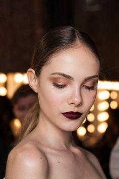 Ideas de maquillaje en tonos naturales, dorados, arena o marrón claro.