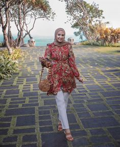 ad the most fabulous visit to Uluwatu today and felt like i was on my honeymoon all over again❤️✨ Check my story to see the Street Hijab Fashion, Muslim Fashion, Modest Fashion, Fashion Outfits, Women's Fashion, Hijab Outfit, Lace Tops, Floral Tops, Tartan Pants