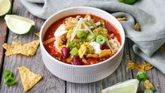 Tacosuppe med tortillachips, rømme og ost Soup Dish, New Menu, Slow Cooker Soup, Tortilla Chips, Tex Mex, Chili, Salsa, Sandwiches, Food And Drink