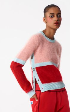 Discover KENZO collection for women of knitwear in wool, cashmere and cotton. Jumper, sweaters and cardigans with trendy patterns, printed Tiger, Eye and KENZO logo. Knitwear Fashion, Knit Fashion, Womens Knitwear, Trendy Fashion, Fashion Ideas, Kenzo Mode, Color Block Sweater, Mode Inspiration, Knitting Designs