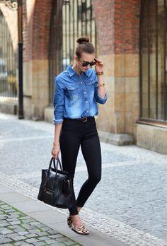 Outfit de oficina. Chica usando una blusa de mezclilla y un pantalón negro