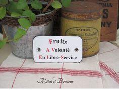 Etiquette métal vintage d'épicerie rouge et noire « Fruits en libre-service» : Accessoires de maison par metal-et-douceur